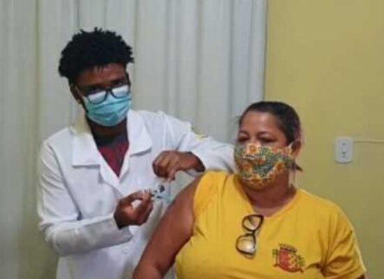 Trabalhadores da limpeza pública foram imunizados contra a Covid-19, em Ilhéus