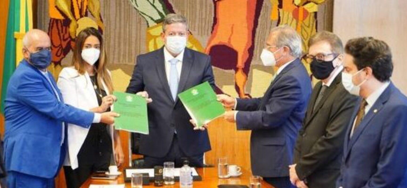Lira recebe de Paulo Guedes o segundo projeto de lei da reforma tributária