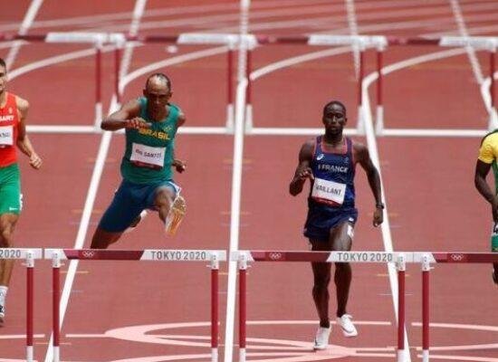 Alison dos Santos brilha nas eliminatórias dos 400 m com barreiras