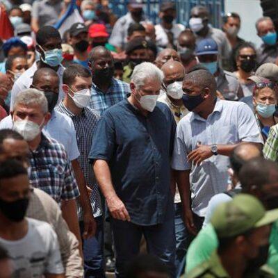 Milhares de manifestantes vão às ruas em Cuba para protestar contra o governo