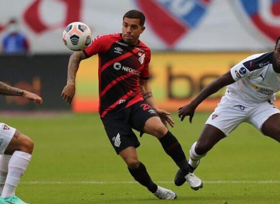 Athletico-PR sofre gol no fim e sai atrás da LDU na Sul-Americana