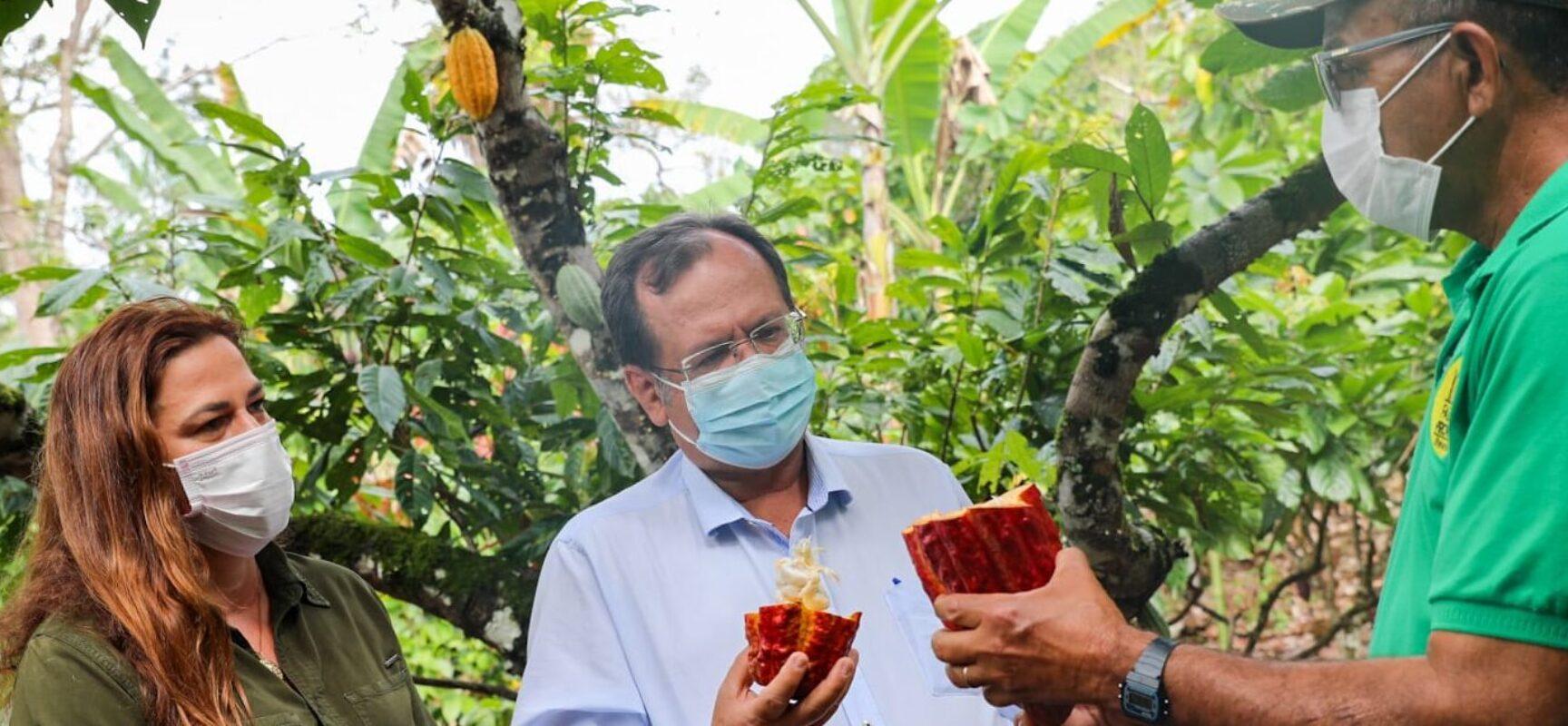 Soane Galvão e o Secretário estadual de turismo, Mauricio Barcellar, visitam as fazendas e estrada do Chocolate