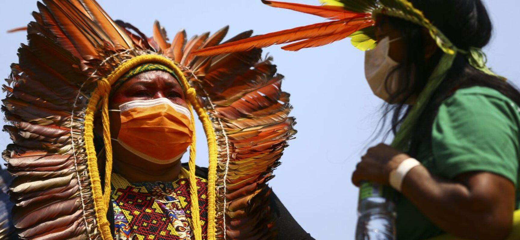 Indígenas marcham pelo centro de Brasília e fazem reivindicações