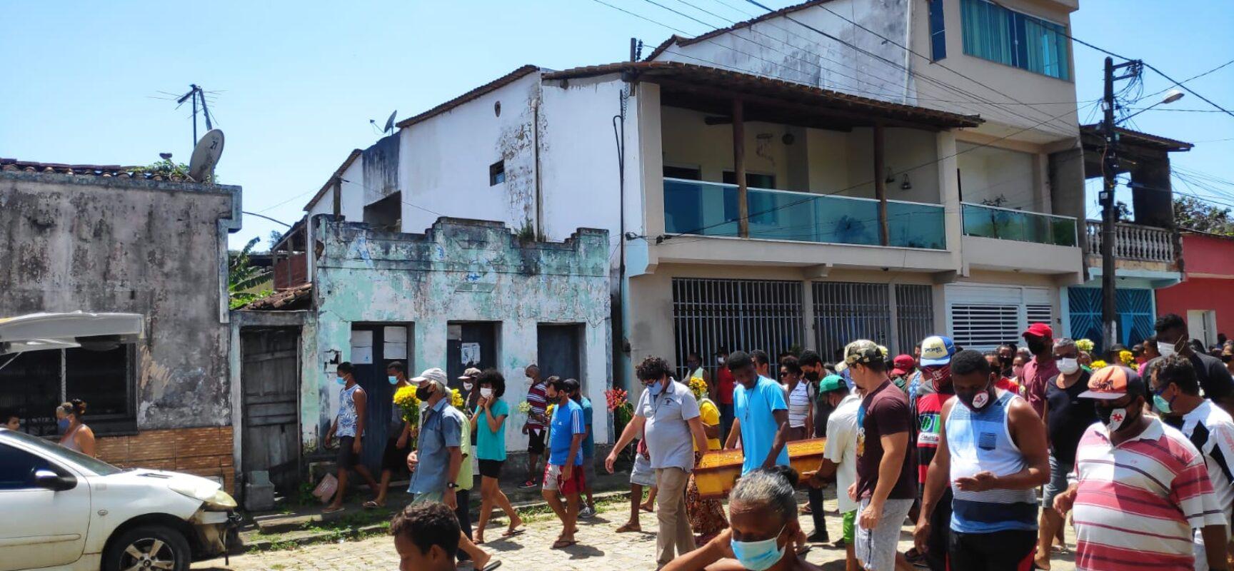 O vereador Edvaldo Gomes presta homenagem a pescadora falecida Maria de Fátima