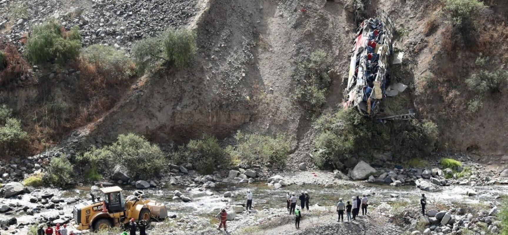 Ônibus cai em despenhadeiro no Peru e provoca a morte de pelo menos 33 pessoas