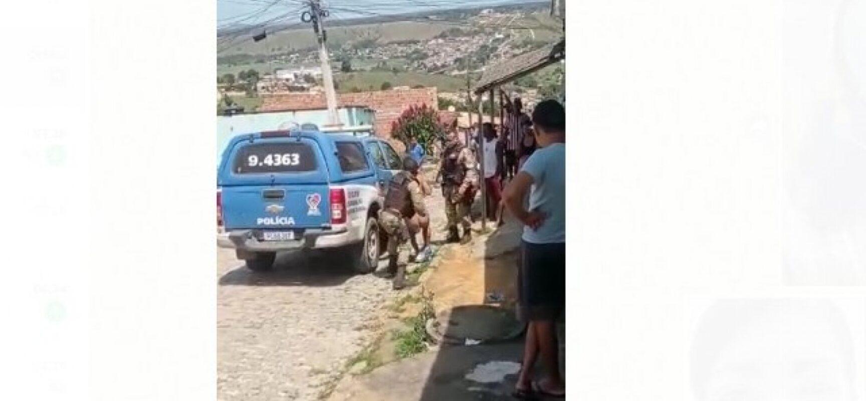 PM da Bahia agride homem com aparentes problemas mentais durante abordagem