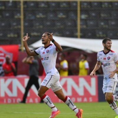 Em mais um jogo com torcida, Vitória goleia o Brasil de Pelotas