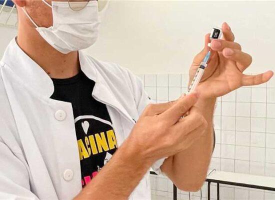 Ilhéus começa a aplicar dose de reforço em profissionais da saúde; confira estratégia