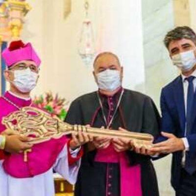 Prefeito Mário Alexandre recepciona novo Bispo Dom Giovanni Crippa em missa na catedral